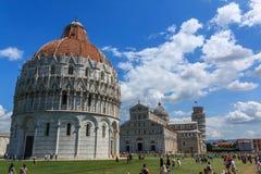 有比萨、大教堂圣玛丽亚Assunta和洗礼池洗礼池,托斯卡纳斜塔的奇迹广场  库存图片