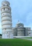 有比萨斜塔的(意大利)比萨大教堂 免版税库存图片