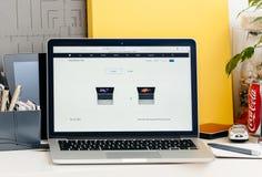 有比较膝上型计算机的接触酒吧的新的MacBook赞成视网膜 免版税库存照片