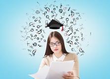 有毕业帽子的女孩 免版税库存图片