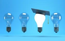 有毕业帽子的电灯泡 免版税库存照片