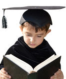 有毕业盖帽的逗人喜爱的孩子毕业生 库存照片