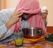 有毛巾的成人人呼吸凤仙花蒸气 免版税库存照片