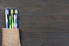 有毛巾的牙刷牙刷在木桌上 与拷贝空间的顶视图 库存图片