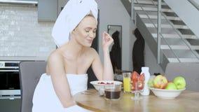 有毛巾的美女在食用的头一份健康早餐和咖啡 影视素材