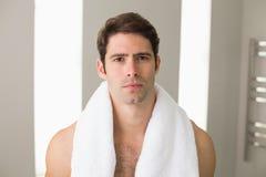 有毛巾的赤裸上身的年轻人在脖子上在家 库存照片