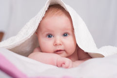 有毛巾的婴孩 免版税库存图片