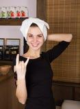 有毛巾的滑稽的性感的白肤金发的女孩在她的在温泉沙龙的头 免版税图库摄影
