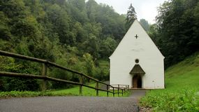 有毛毛雨和木篱芭的Flueli Ranft更低的教堂 库存图片