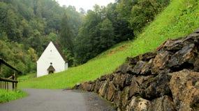 有毛毛雨的Flueli Ranft更低的教堂 免版税库存照片
