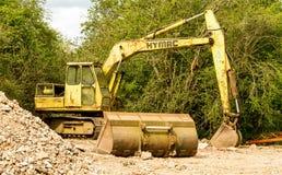 有毛虫轮子和桶的老hymac挖掘者 库存照片