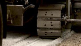 有毛虫轮子的机器虽则移动路 涂柏油的 股票视频