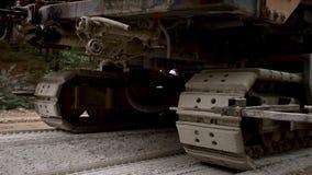 有毛虫轮子的机器虽则移动路 涂柏油的 影视素材