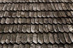 有毛面的老木木瓦屋顶 库存照片