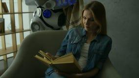 有毯子的仔细的机器人覆盖物读书女孩 股票视频