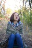 有毯子的女孩 免版税库存照片