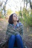 有毯子的女孩 库存图片