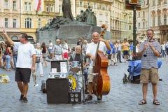 有民间仪器的音乐家在老镇中心布拉格 库存图片