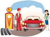 有气体的技工填装的汽车 库存照片
