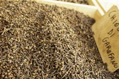有气味的三叶草的香料芳香干燥棕色花蕾山在一个地方农夫市场上在西西里岛 免版税图库摄影
