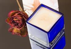 有气味的香草,与干玫瑰色芽的桃子蜡烛 图库摄影