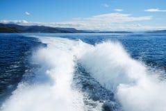 有气垫船泡沫踪影的蓝色海  免版税库存照片