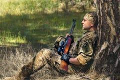有气枪的年轻人 免版税图库摄影