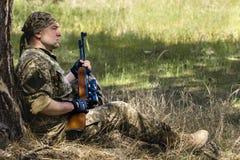 有气枪的年轻人 免版税库存照片