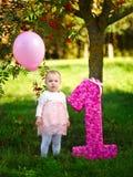 有气球和大一个的小女孩 免版税库存图片
