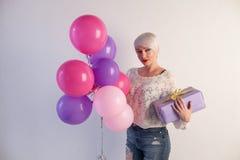有气球和礼物的白肤金发的女孩为假日 库存图片