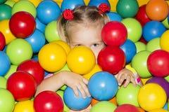 有气球的女孩。 图库摄影