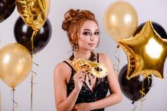 有气球的女孩在演播室 免版税库存照片