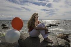 有气球的女孩 免版税库存图片