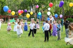 有气球的孩子在幼儿园1042 库存图片