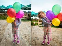 有气球的小女孩在含沙银行  免版税图库摄影