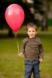 有气球的小男孩 免版税库存图片