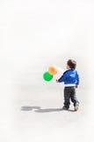 有气球的小男孩 免版税库存照片