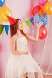 有气球的愉快的女孩 图库摄影