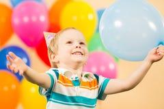 有气球的愉快的孩子男孩在生日聚会 免版税库存照片