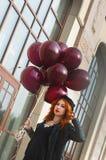 有气球的时尚女孩 库存图片