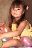 有气球的甜小女孩 库存图片