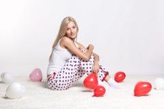 有气球的白肤金发的妇女 免版税库存照片