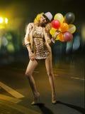有气球的白肤金发的引诱的妇女 免版税库存照片