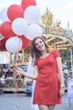 有气球的美丽的新娘在公园 库存图片