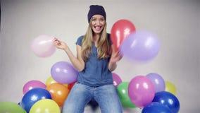 有气球的逗人喜爱的十几岁的女孩在明亮的演播室 股票视频