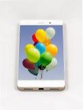 有气球的整个银幕的图片的现代智能手机在displa的 免版税图库摄影