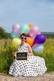 有气球的画报女孩在natur,与文本的板岩您是i 库存照片