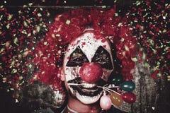 有气球蛋糕装饰的狂欢节小丑 免版税库存照片