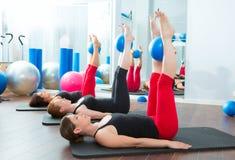 有氧运动有瑜伽球的pilates妇女 免版税库存图片