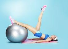 有氧 体育俱乐部的女运动员与健身球 免版税库存照片
